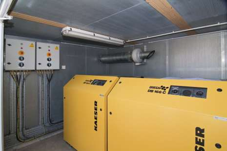 Compressor cabinet with acoustic insulation